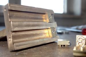 Hållare till typer Exempel på specialtillverkad hållare till lösa typer.
